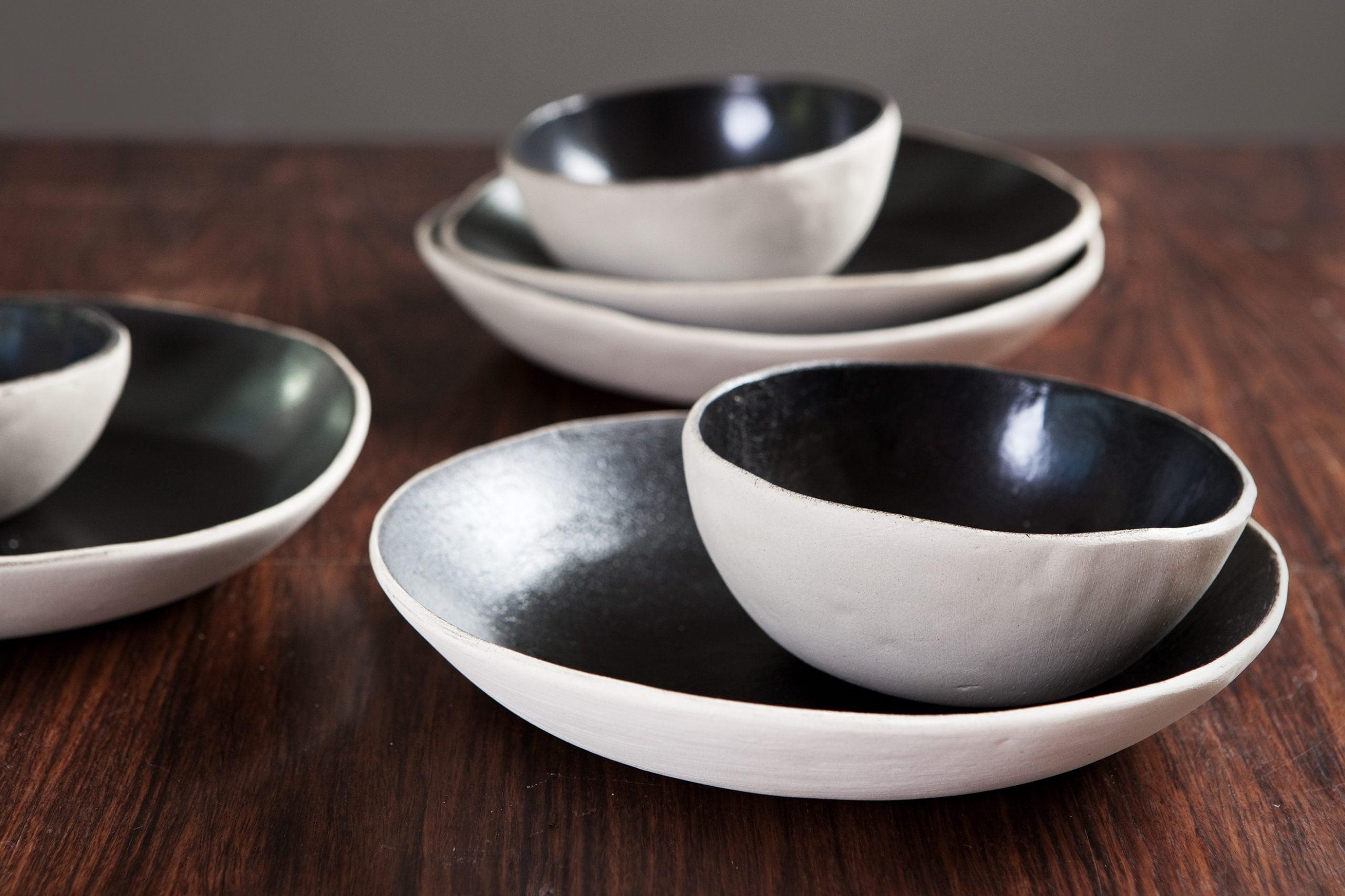 Tummanpuhuva -lautaset